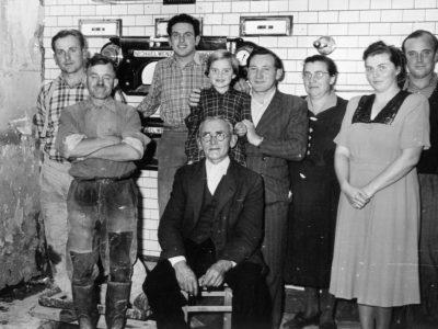 stehend von rechts: Franz und Emmi Henkel, Katharina Kistner, der Ofenbauer, Elvira Dautrich (geb. Henkel) ganz links: August Schneider sitzend: Wilhelm Kessler